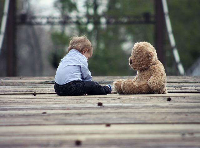 dítě a medvídek