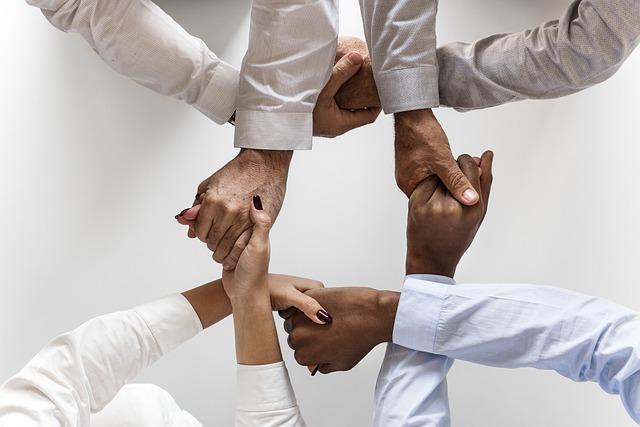 Spojené ruce spolupracovníků