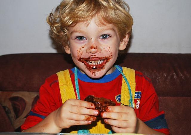 chlapec s jídlem