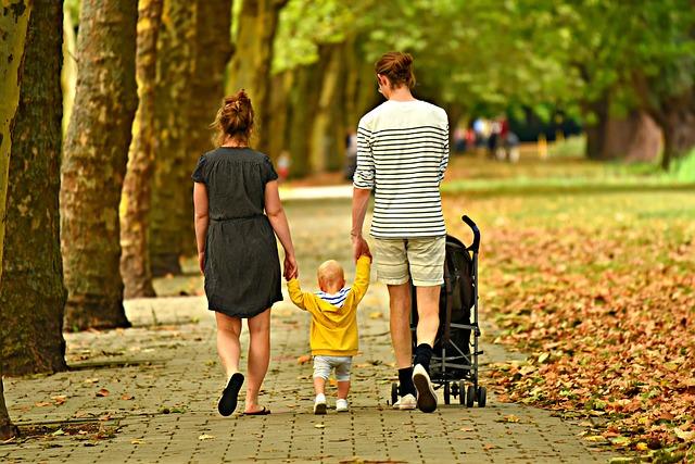 Mladá rodina na procházce
