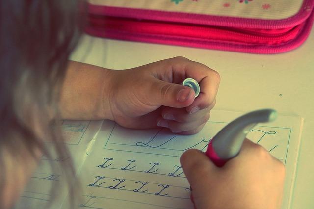 "dívka píše písmeno ""Z"""