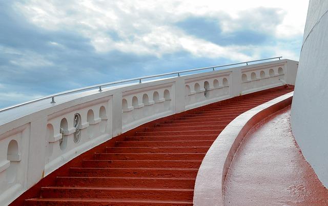 venkovní schodiště z červeného kamene