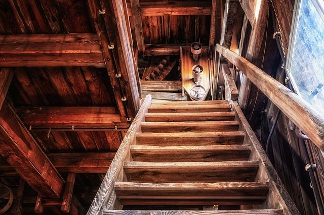 dřevěné schody na půdu