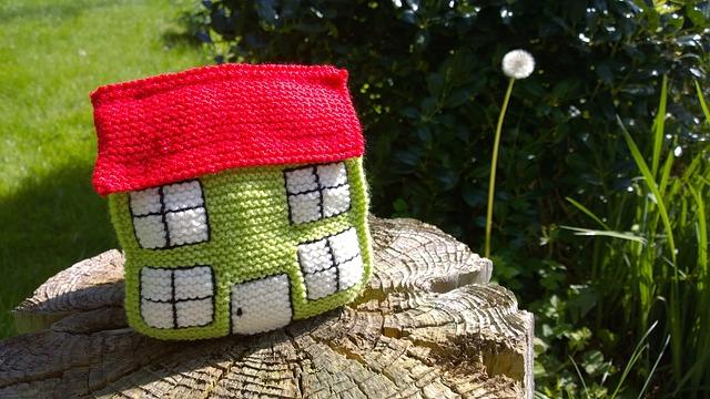háčkovaný dům na pařezu