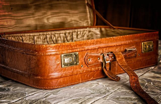 prázdný hnědý kufr